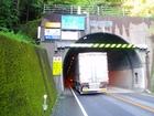 トンネルの狭い歩道